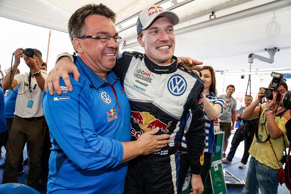 Christoph Treier yhdessä rallitähti Jari-Matti Latvalan kanssa.