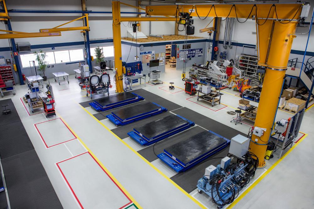 Pohjanmaan Erikoislattioiden tekemä lattia Kokkolan Rolls-Roycen tehtaalla. Kuva Ville Hyytinen.