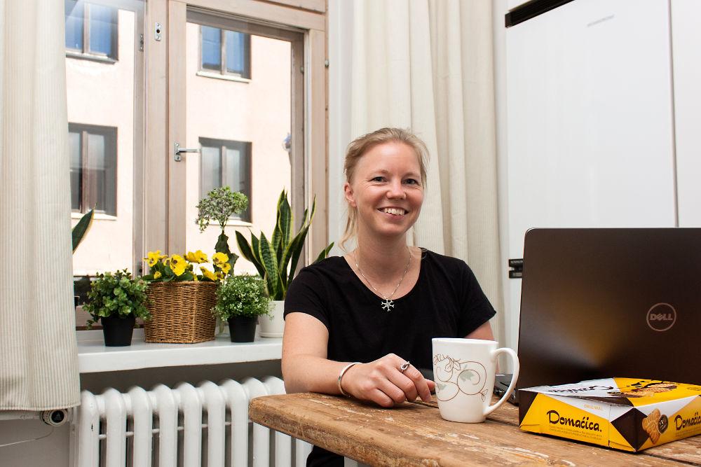 Tilitoimisto Pulkkisen kirjanpitäjä Heidi Luokkala kertoo, että taukojen pitäminen saattaa etätyössä unohtua. Siksi välillä on tärkeää pysähtyä, juoda kuppi kahvia ja palata sen jälkeen työn pariin.