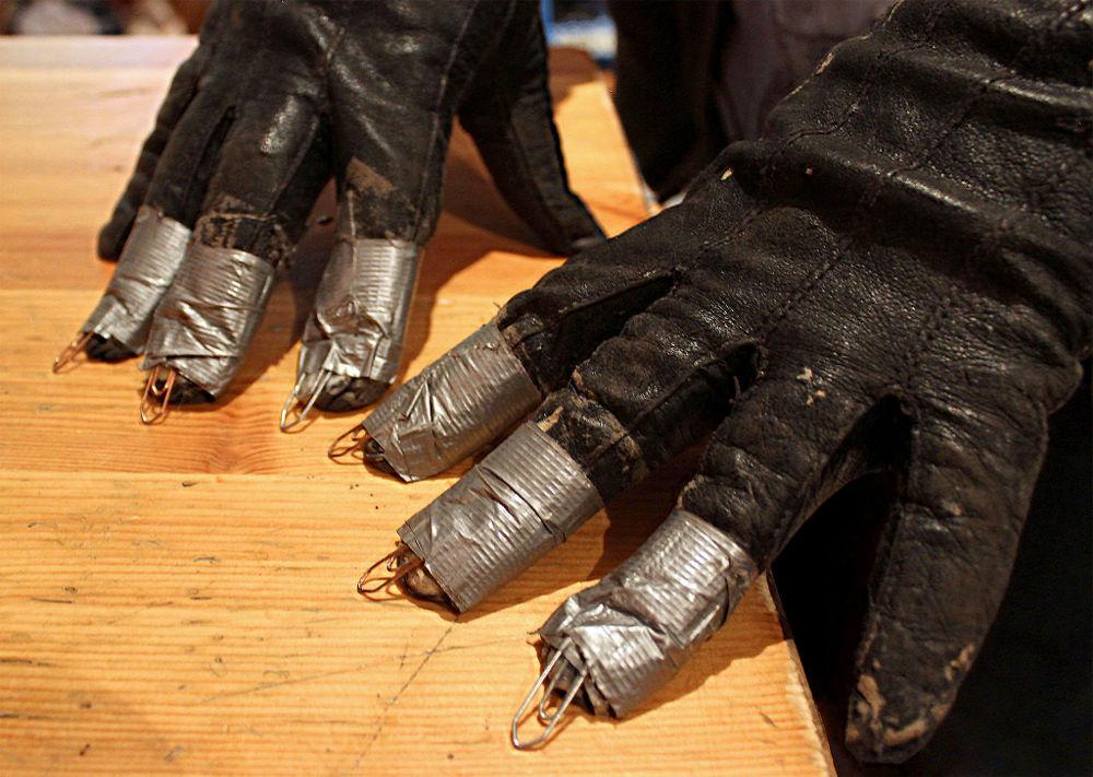 Näillä hanskoilla syntyy koiran tassujen ääni. Jos hanskat napataan irti käsistä ja niitä ravistellaan ilmassa, syntyy linnun siipien äänimaailma.