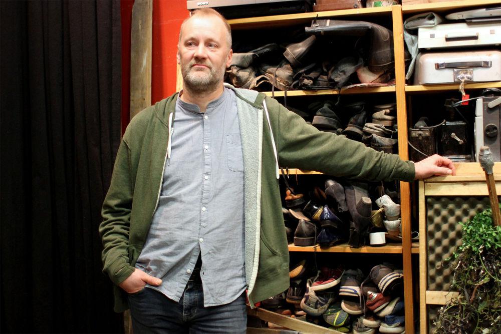 Tässä huoneessa syntyy monien elokuvien kenkien kopina. Askelten äänittäminen on foley-artisti Heikki Kossin mieluisinta työtä. Sähköisen laskutuksen ja taloushallinnon myötä Kossi voi keskittyä entistä paremmin luovaan työhön.